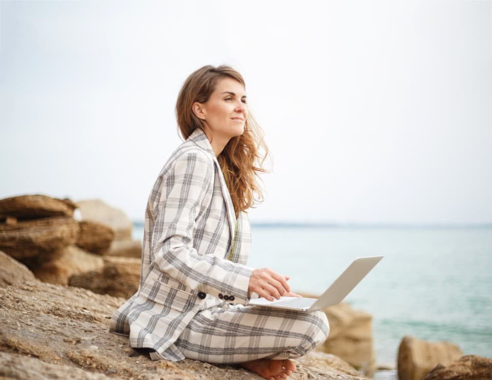 kleesto Strategic Partnerships tour operator work freelancer beach laptop workspace